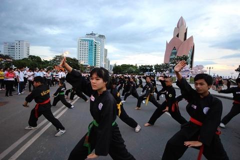 Hon 6.000 nguoi dong dien chao mung Festival bien Nha Trang hinh anh