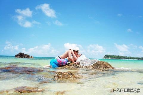 Nhung dia danh tuyet dep de chup anh cuoi (phan 2) hinh anh 13 7.Đảo Minh Châu (Quảng Ninh) Minh Châu là một xã đảo thuộc huyện đảo Vân Đồn, Quảng Ninh, chỉ cao hơn mực nước biển 3 mét, nên được ví như viên ngọc nổi trên biển biếc. Với những bãi cát trắng trải dài, không khí trong lành, vẻ hoang sơ gần như nguyên vẹn, nơi đây luôn có sức hút đặc biệt với những ai muốn lánh xa phố thị xô bồ và tận hưởng những khoảnh khắc tuyệt đẹp cùng thiên nhiên. Sau Lý Sơn, Cô Tô thì Minh Châu là một địa điểm chụp ảnh cưới mới mẻ cho các cặp đôi. Ảnh: Hailecao.