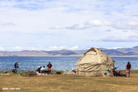 Cuoc song tren thao nguyen Tay A qua ong kinh phuot thu Viet hinh anh 10 Giống như Ger của người Mông Cổ, Yurt như là cái nôi của người Kyrgyz sống ngàn đời trên thảo nguyên bao la. Nó minh chứng cho nét đẹp truyền thống của người du mục rày đây mai đó. Vào mùa hè, các gia đình người Kyrgyz thường giết cừu, dê để tổ chức những bữa nấu ăn ngoài trời. Đây cũng là những tháng ngắn ngủi trong năm để họ có thể vui chơi, sinh hoạt khi mà mùa đông lạnh giá ở đây thường dài như vô tận.