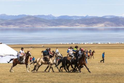 Cuoc song tren thao nguyen Tay A qua ong kinh phuot thu Viet hinh anh 11 Đây là lễ hội Manas, một lễ hội dân gian được tổ chức hằng năm bên hồ Song Kul. Ngậm chiếc roi da trong miệng, những người đàn ông Kyrgyz chia làm hai đội và điều khiển con ngựa của mình trong một trò chơi truyền thống có tên gọi là Kok Boru, một môn thể thao tương tự như môn polo hay rudby trên lưng ngựa. Theo đó, hai đội sẽ dành lấy xác một con dê không đầu ném vào cầu môn của đội đối phương. Trò chơi thể hiện sức mạnh của những người đàn ông Kyrgyz đã và đang chinh phục những vùng đất khắc nghiệt trên trái đất.