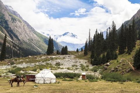 Cuoc song tren thao nguyen Tay A qua ong kinh phuot thu Viet hinh anh 1 Tuy đã ít nhiều chịu ảnh hưởng của thế giới hiện đại, người Kyrgyz đã biết sử dụng điện thoại di động, đi xe hơi, xem truyền hình vệ tinh, xây dựng nhà ở, chuồng trại chăn nuôi gia súc bằng bê tông nhưng cuộc sống du canh du cư bị vẫn được truyền từ đời này sang đời khác như một kinh nghiệm sống quý báu. Bức ảnh miêu tả cuộc sống thanh bình của người Kyrgyz ở bên dãy núi Thiên Sơn. Hiện nay người Kyrgyz là sắc tộc chiếm đại đa số với gần 70% dân số ở Kyrgyzstan và trong lịch sử từng là những người chăn nuôi bán du mục. Họ sống trong những chiếc lều tròn và chăn thả gia súc. Hiện nay, văn hóa du mục vẫn còn tiếp diễn theo mùa khi các hộ gia đình di chuyển đến những nơi gần nguồn nước, những cánh đồng cỏ bao la vào mùa hè. Ở Kyrgyzstan, tên gọi Kyrgyz được sử dụng cho cả người và quốc gia. Từ Kyrgyz có nghĩa