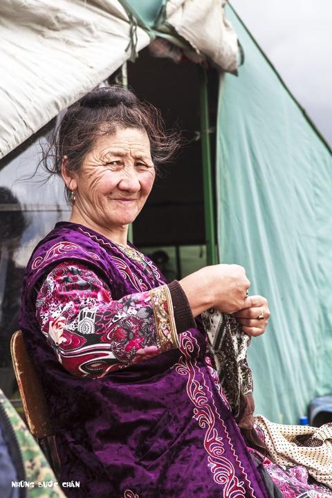 Cuoc song tren thao nguyen Tay A qua ong kinh phuot thu Viet hinh anh 3 Đây là bà cụ 68 tuổi người người Kyrgyz mặc trang phục truyền thống đang chỉnh sửa lại chiếc khăn trùm đầu của mình. Phụ nữ theo đạo Hồi thường không để cho người ngoài nhìn thấy tóc nhưng một số quy định nghiêm ngặt ở một số nước Trung Đông. Tuy nhiên, ở đây họ xem tôn giáo như là một nét văn hóa hơn là nghi thức cần phải được tuân thủ.