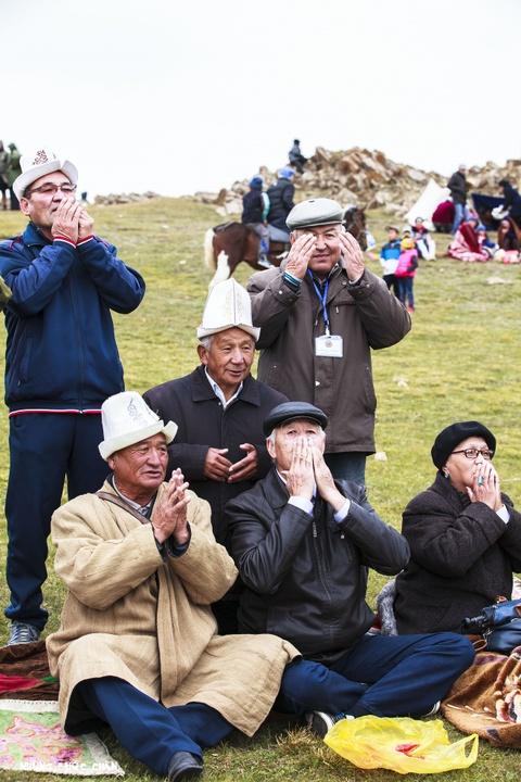 Cuoc song tren thao nguyen Tay A qua ong kinh phuot thu Viet hinh anh 4 Những người đàn ông và phụ nữ lớn tuổi đang cầu nguyện ở một lễ hội trong làng. Người Kyrgyz chủ yếu là tín đồ Hồi giáo dòng Sunni và đặc biệt là theo trường phái Hanafi. Hồi giáo lần đầu tiên được truyền bá bởi các thương nhân Ả Rập đi dọc theo con đường tơ lụa vào thế kỷ thứ 7 và 8. Ngày nay, Hồi giáo ngày càng bén rể đối với người dân Kyrgystan kể cả khu vực phía Bắc, nơi trước kia thường theo chủ nghĩa vô thần bởi ảnh hưởng từ thời kỳ Xô Viết.