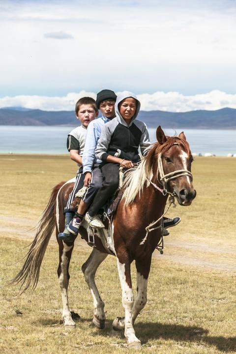 Cuoc song tren thao nguyen Tay A qua ong kinh phuot thu Viet hinh anh 5 Bức ảnh với những gương mặt trẻ em đặc trưng của người Kyrgyz ngày nay. Theo một số nghiên cứu trước đây, tên gọi người Kyrgyz được bắt đầu thứ thế kỷ thứ 6 và họ có mối quan hệ khắng khít với người Khakas. Tuy nhiên, trong thời gian cai trị của Thành Cát Tư Hãn (1162-1227), thì tên người Kyrgyz được sử dụng rộng rãi và chính thức hơn. Trong một số tài liệu của Trung Quốc mô tả, người Kyrgyz vào thời đó có mái tóc hung đỏ, mắt màu xanh dương hoặc xanh lá cây. Tuy nhiên, một số đặc điểm này còn hiện diện rất ít ở người Kyrgyz hiện đại ngày nay.