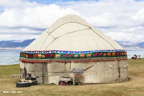 Cuoc song tren thao nguyen Tay A qua ong kinh phuot thu Viet hinh anh 9 Họ gọi đây là Yurt, nhà của người Kyrgyz. Những ngôi nhà du mục này thường có hình tròn, cửa thấp, được làm bằng gỗ phủ bạt bằng lông gia súc, gắn lại với nhau bằng các đoạn dây thừng và có thể dễ dàng lắp hoặc tháo dỡ. Việc lắp các khung bằng gỗ do những người đàn ông đảm nhiệm trong khi phụ nữ thêu các hoa văn trang trí nội thất và ngoại thất khu nhà.