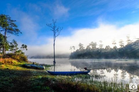 Ve me hoac cua ho Tuyen Lam sang som mua dong hinh anh 8 Những chiếc thuyền cao su, thuyền gỗ và cây cô đơn càng làm cho phong cảnh thêm phần thi vị và quyến rũ.