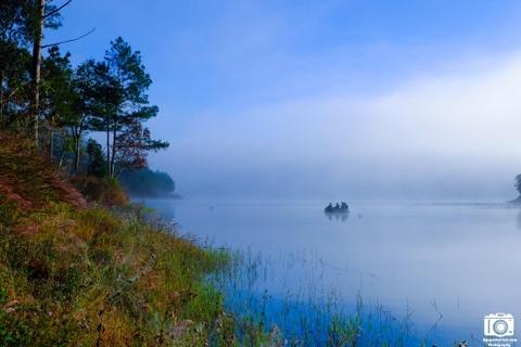 Ve me hoac cua ho Tuyen Lam sang som mua dong hinh anh 10 Chiếc thuyền mỏng manh dần chìm vào làn sương mù dày đặc của hồ Tuyền Lâm.