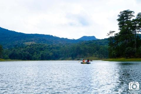 Ve me hoac cua ho Tuyen Lam sang som mua dong hinh anh 1 Đợt này chúng tôi lên Đà Lạt là để cắm trại, thử thách đầu tiên chính là vượt hồ Tuyền Lâm bằng thuyền cao su. Cảm giác rất phấn khích và thú vị khi tự tay mình chèo thuyền trên hồ.
