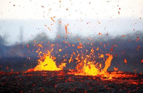 Nui lua Hawaii bung no sau gan 100 nam, phun tro bui cao 9.000 m hinh anh 6