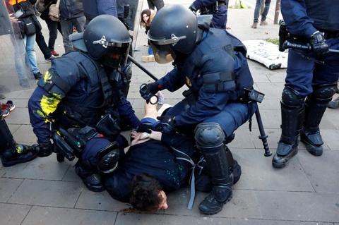 Bao luc tai dien o Catalonia, phe ly khai dot anh vua Tay Ban Nha hinh anh 9