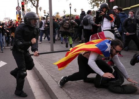 Bao luc tai dien o Catalonia, phe ly khai dot anh vua Tay Ban Nha hinh anh 6
