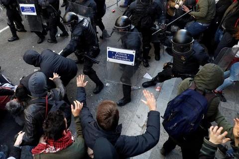 Bao luc tai dien o Catalonia, phe ly khai dot anh vua Tay Ban Nha hinh anh 8