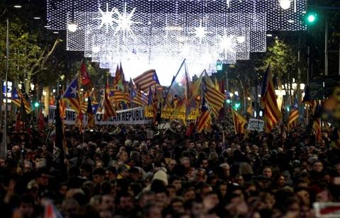 Bao luc tai dien o Catalonia, phe ly khai dot anh vua Tay Ban Nha hinh anh 1