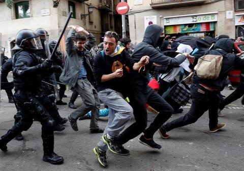 Bao luc tai dien o Catalonia, phe ly khai dot anh vua Tay Ban Nha hinh anh 5