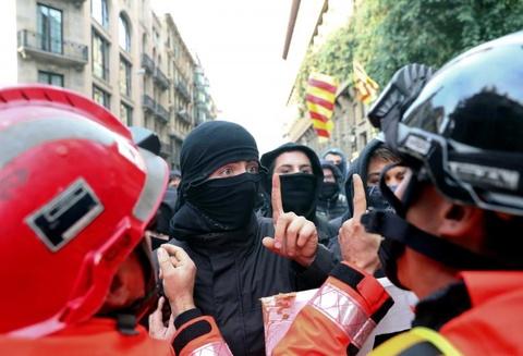 Bao luc tai dien o Catalonia, phe ly khai dot anh vua Tay Ban Nha hinh anh 10