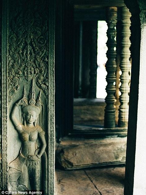 Ve dep ky ao cua khu den phai den mot lan trong doi hinh anh 11 Nhiều tác phẩm điêu khắc Hindu nằm dọc hành lang trong đền.