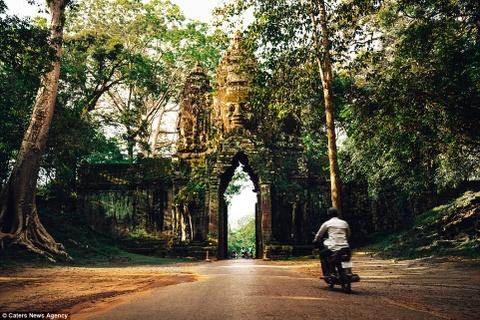 Ve dep ky ao cua khu den phai den mot lan trong doi hinh anh 15 Ngay cả kiến trúc cổng đền Angkor Thom cũng vô cùng ấn tượng.