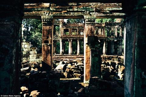 Ve dep ky ao cua khu den phai den mot lan trong doi hinh anh 4 Một vài cây cột còn trụ lại trên nền đổ nát ở khu đền Bayon được xây dựng vào khoảng cuối thế kỷ 12, đầu thế kỷ 13.