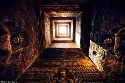 Ve dep ky ao cua khu den phai den mot lan trong doi hinh anh 8 Ánh nắng soi rọi lên những tác phẩm điêu khắc trong đền Banteay Srei thờ thần Shiva của đạo Hindu.