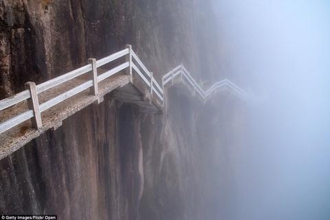 Canh dep than tien cua Trung Quoc tren bao Anh hinh anh 14 Du khách phải có thần kinh thép mới đủ can đảm bước trên con đường cheo leo trên sườn núi Hoa Sơn, thuộc dãy Hoàng Sơn, phía nam tỉnh An Huy, Trung Quốc.