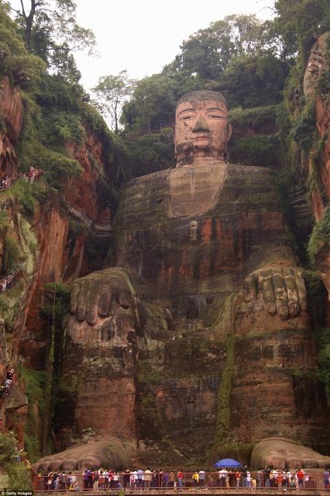 Canh dep than tien cua Trung Quoc tren bao Anh hinh anh 16 Tượng Lạc Sơn Đại Phật được chạm khắc trực tiếp vào vách đá Thê Loan của núi Lăng Vân, nằm ở đoạn hợp lưu của ba con sông Mân Giang, Đại Độ và Thanh Y, Tứ Xuyên, Trung Quốc.