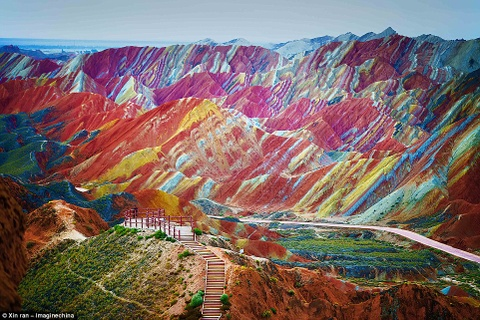 Canh dep than tien cua Trung Quoc tren bao Anh hinh anh 2 Những đỉnh núi nhiều màu sắc ở công viên địa chất Zhangye, tỉnh Cam Túc, Trung Quốc trông sinh động như kính vạn hoa.