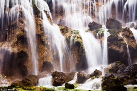 Canh dep than tien cua Trung Quoc tren bao Anh hinh anh 9 Thác Pearl Shoal Waterfall ở Cửu Trại Câu, phía bắc tỉnh Tứ Xuyên liên tục được liệt vào danh sách những ngọn thác đẹp nhất thế giới. Tên thác bắt nguồn từ hình dạng những giọt nước tròn như ngọc trai khi rơi xuống những tảng đá.