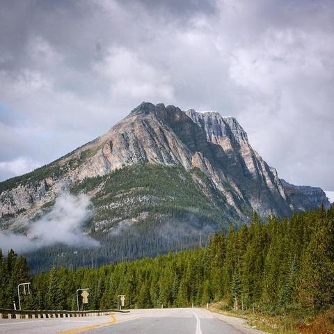 Nhung canh dep khong can chinh sua tren Instagram hinh anh 5 Những đồi thông, dãy núi đá ở Canada đủ làm siêu lòng du khách mê chụp ảnh.