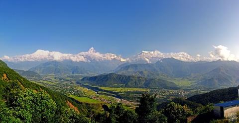 10 quoc gia xung dang duoc chon dau tien khi di du lich hinh anh 5 5. Nepal: Quốc gia nhỏ bé nằm ở dãy Himalaya kẹt giữa hai người hàng xóm khổng lồ là Ấn Độ và Trung Quốc, nhưng lại mang vẻ độc đáo riêng. Đây là một trong những nơi lý tưởng nhất thế giới cho việc leo núi. 8/10 ngọn núi cao nhất thế giới nằm ở Nepal. Du lịch mạo hiểm như chèo bè và dù lượn. Ngoài ra, thủ đô Kathmandu có hàng nghìn ngôi đền chùa cả Phật giáo lẫn Hindu cho du khách khám phá.