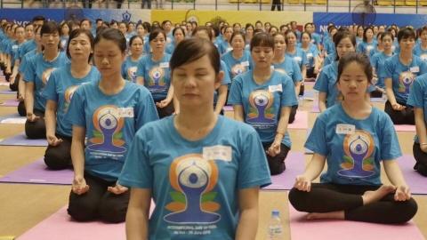 ngay hoi yoga o ha noi hinh anh