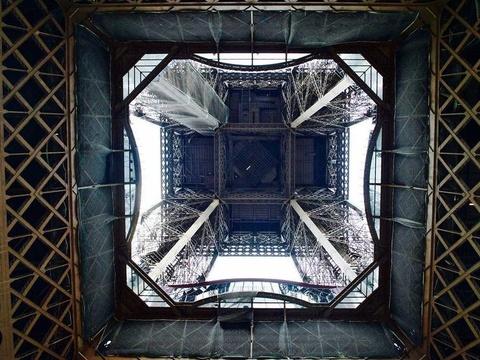 Dien mao moi cua thap Eiffel sau khi lap kinh chong dan hinh anh