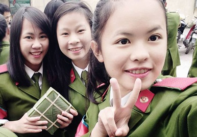 Gap lai nu sinh suyt truot truong cong an vi ly lich hinh anh