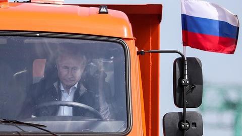 Ong Putin tu tay lai xe khanh thanh cau Crimea hinh anh