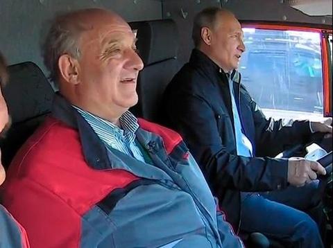 Tong thong Putin lai xe tai qua cau noi dat lien Nga - Crimea hinh anh