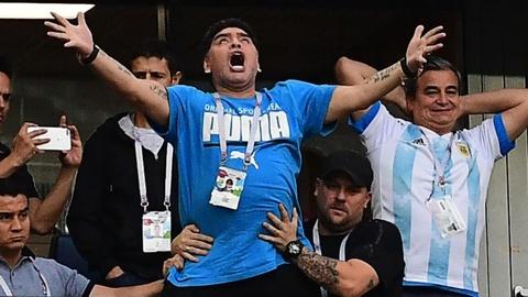 Giai cuu doi bong Thai Lan va Maradona phat cuong vao top anh tuan hinh anh