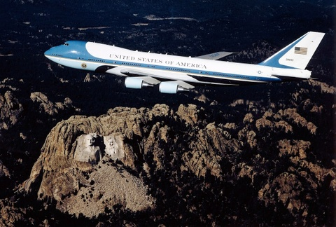 TT Trump se cho son lai Air Force One mau quoc ky My hinh anh