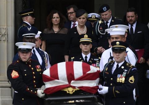 Tang le John McCain - Loi canh tinh ve mot nuoc My chia re vi Trump hinh anh 8