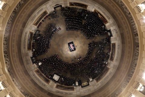 Linh cuu Bush 'cha' den Dien Capitol trong hoang hon Washington D.C hinh anh