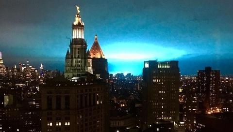 Troi New York ruc sang mau xanh, dan so nguoi ngoai hanh tinh do bo hinh anh