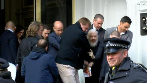 Nhà sáng lập WikiLeaks bị bắt sau 7 năm trốn trong sứ quán Ecuador