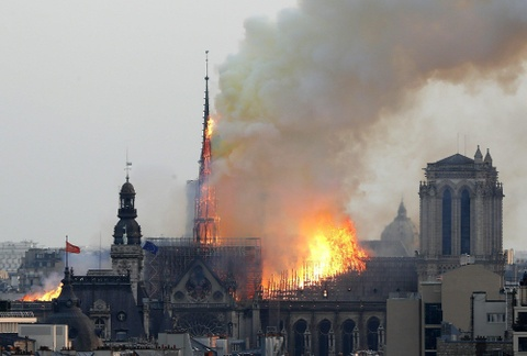 'Paris bien dang' - nuoc mat va sung sot vu chay Nha tho Duc ba Paris hinh anh 1