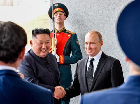 Le binh Nga nghiem chao ong Kim Jong Un den gap Tong thong Putin hinh anh 4