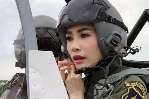 Hinh anh Hoang quy phi Thai lai may bay, ban sung gay bao mang hinh anh
