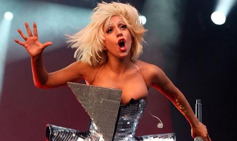 Lady Gaga gay tranh cai ngay tro lai showbiz hinh anh
