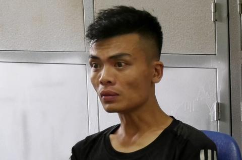 Thanh nien ngao da cam dao khong che ba lao 65 tuoi hinh anh