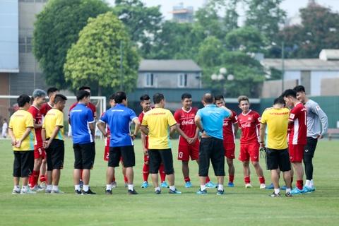 Duc Chinh treu choc Cong Phuong suot buoi tap cua U23 Viet Nam hinh anh 1