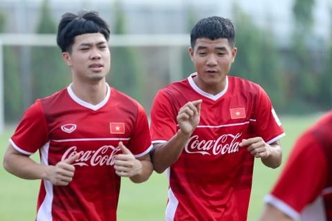 Duc Chinh treu choc Cong Phuong suot buoi tap cua U23 Viet Nam hinh anh 3