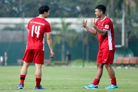 Duc Chinh treu choc Cong Phuong suot buoi tap cua U23 Viet Nam hinh anh 5