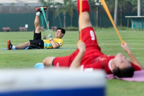 Duc Chinh treu choc Cong Phuong suot buoi tap cua U23 Viet Nam hinh anh 8