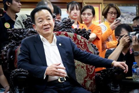 Bau Hien nang cup Ngoai hang Anh, hen Man City tro lai Viet Nam hinh anh 10